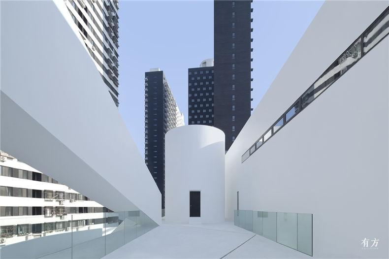 二层室外平台上的曲线体量与斜向通道