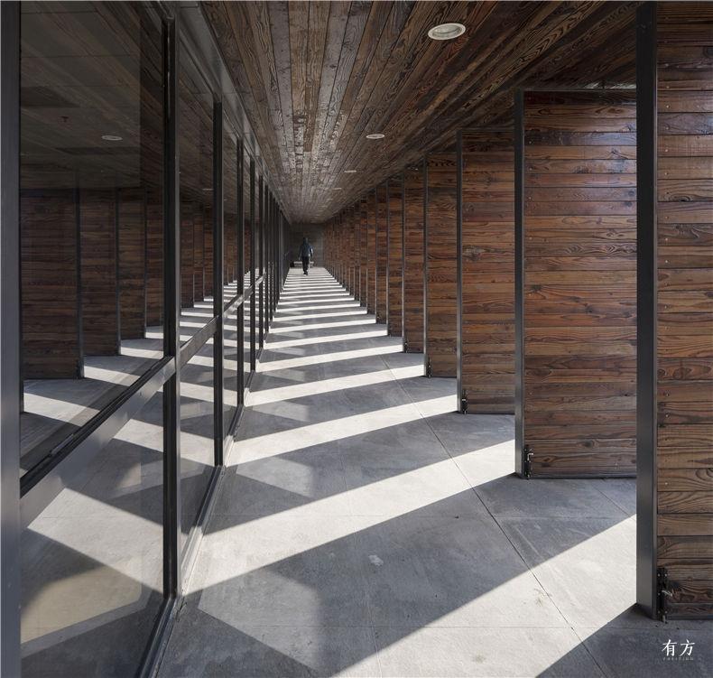 43-一楼南侧观景走廊及可开启碳化木隔板开启后的光影