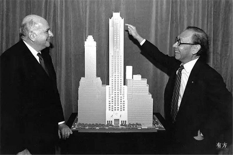 100张照片回顾贝聿铭的100岁人生10 贝聿铭向齐肯多夫介绍纽约四季酒店