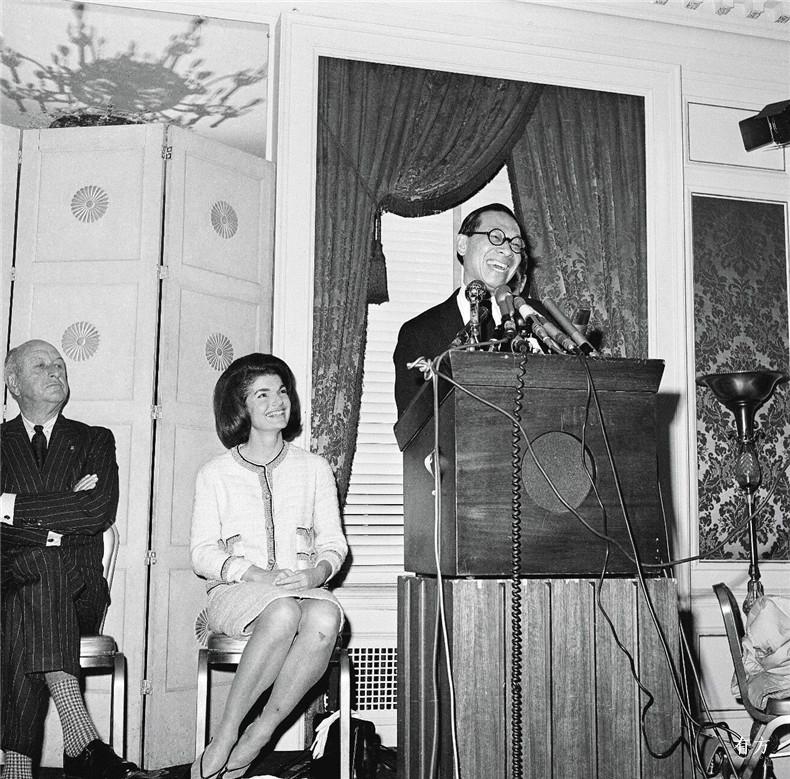 100张照片回顾贝聿铭的100岁人生14 与杰奎琳肯尼迪出席新闻发布会1964年