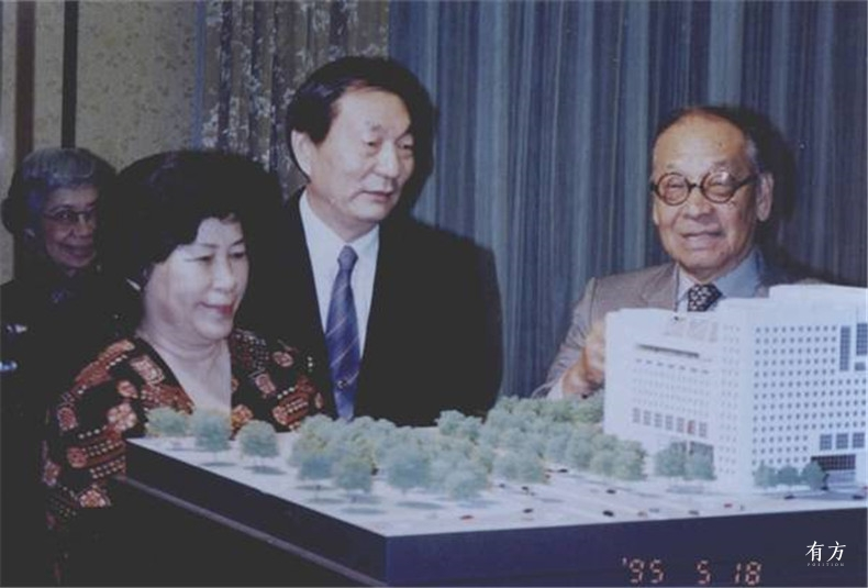 100张照片回顾贝聿铭的100岁人生62 贝聿铭在讲解中国银行总行大厦模型