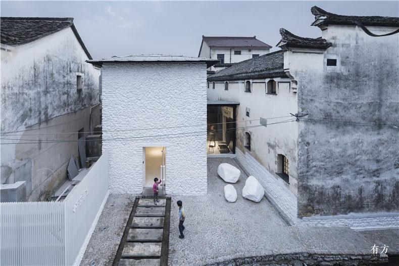 02新建的白色两层建筑是书局的入口  摄影姚力