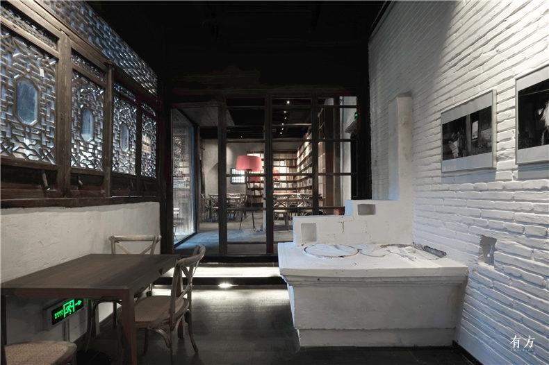 09原有的土灶台连同锅盖一起被刷成白色成为空间内的艺术装置  摄影张雷建筑事务所