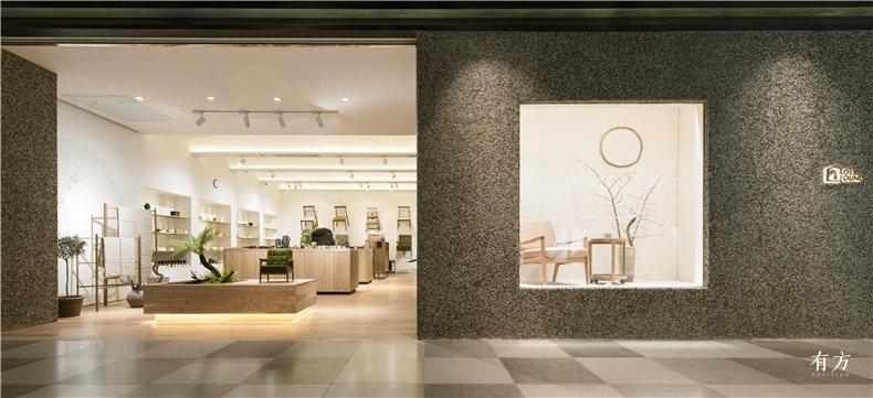 南侧主入口结合植物景观的开放展示台橱窗空间以及正对面的椅子展示墙一览无余 Photographer 刘晶