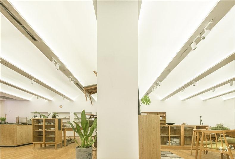 成排的拱形吊顶统一了整个店铺空间 Photographer 刘晶