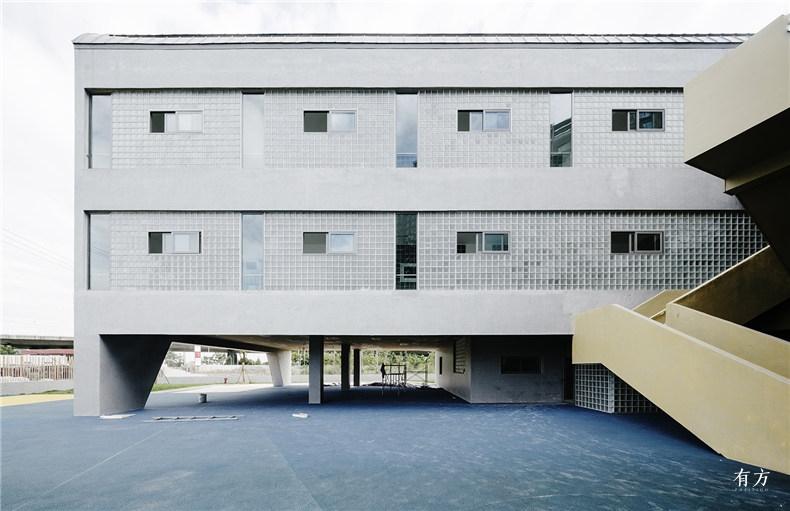 东侧活动室的北立面玻璃砖与混凝土涂料 朱思宇
