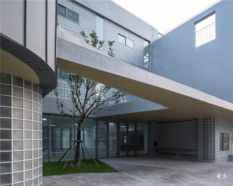 主入口小庭院及多种材料的搭配 1