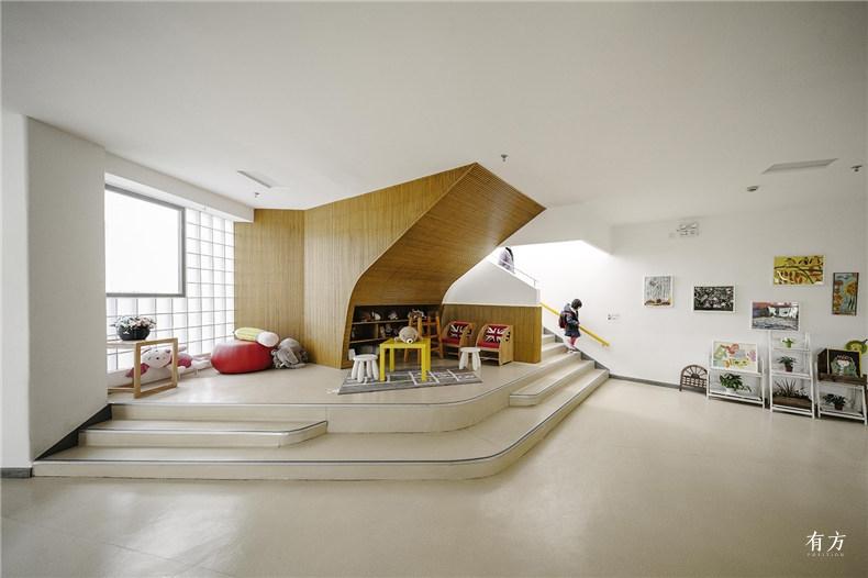 主楼梯间在底层被放大增加活动和交流空间 朱思宇