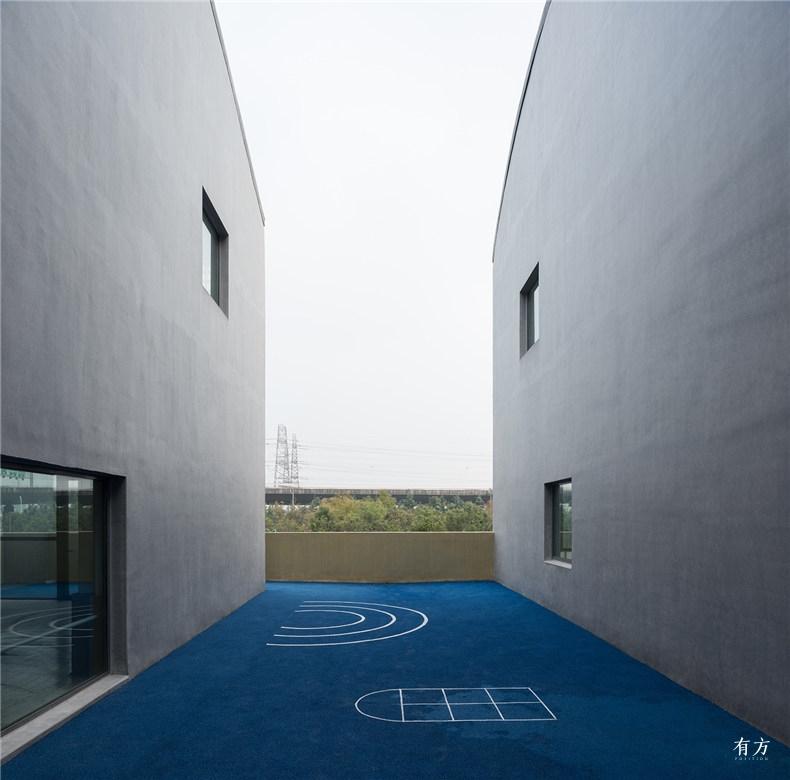 位于建筑体量之间的室外活动场地