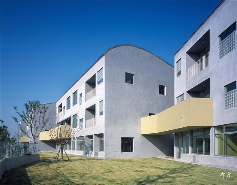 南侧的集中绿地和连廊串起的建筑体量