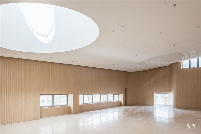 多功能厅的圆形大天窗