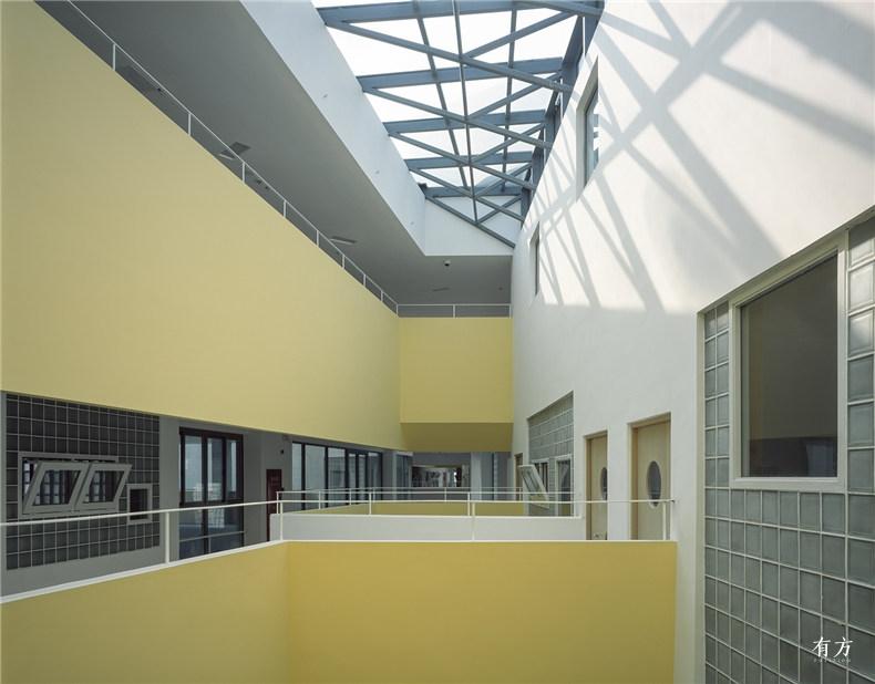 活动室前的走廊和中庭空间