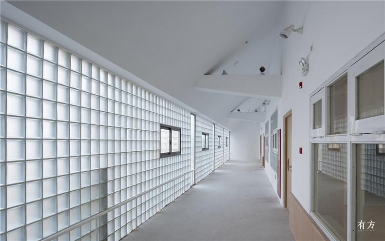 走廊中透过玻璃砖的柔和光线