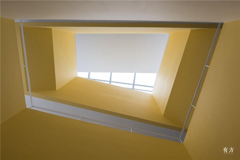 阳光透过天窗穿过色彩明亮的开洞 1