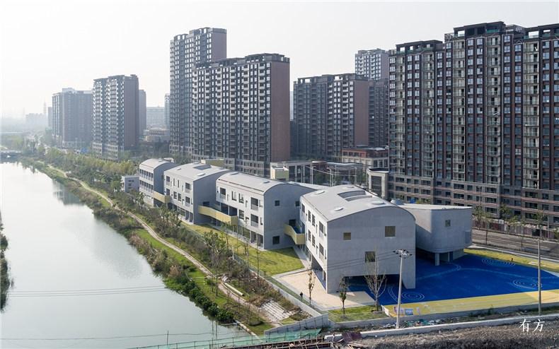 鸟瞰4 四组串联的建筑体量和弧形屋面