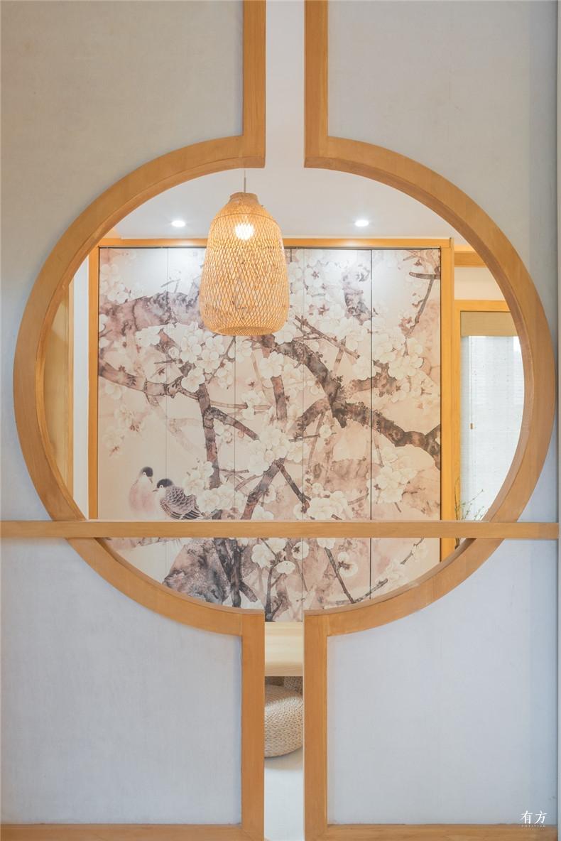 圆窗和定制的和风壁纸形成了有趣的小对景 副本