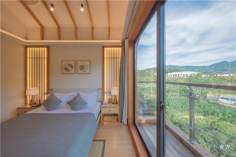 室内通过浅色的加拿大枫木营造出自然而不造作的和式屋院