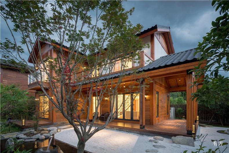 日式别墅保留了日式庭院常见的古井青苔矮松和枯山水的元素
