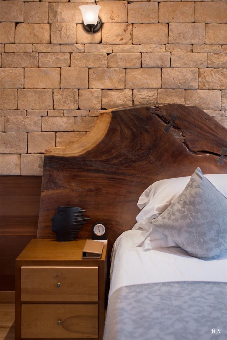 除了使用木结构别墅在内装上也大量使用木元素来营造温暖自然之感如窗框桌椅等家具