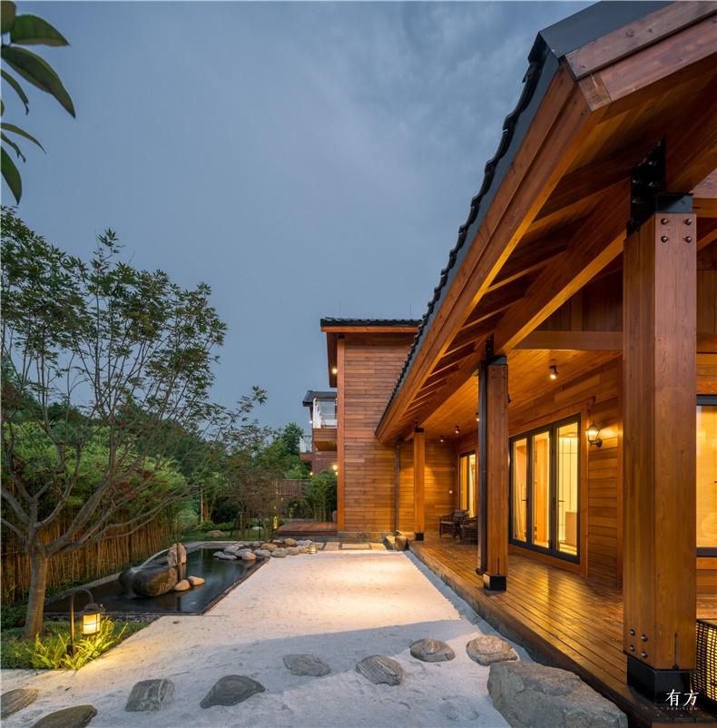 面向庭院的木头门廊模糊了室内外的边界 副本