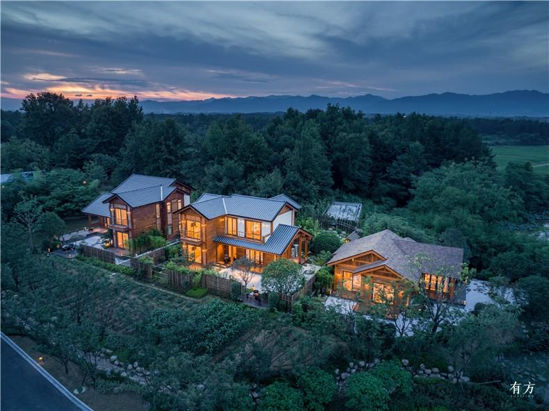 首图 仿佛从山地中生长出来的木结构别墅